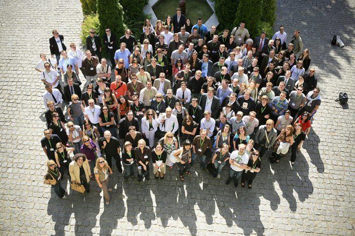 Młodzi do Łodzi 2008: zbiorowe zdjęcie uczestników spotkania