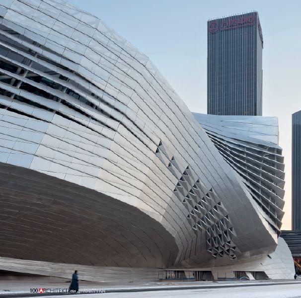 Centrum konferencyjne w Dalian, Chiny. Zastosowanie perforowanego aluminium w panelach i żaluzjach przeciwsłonecznych