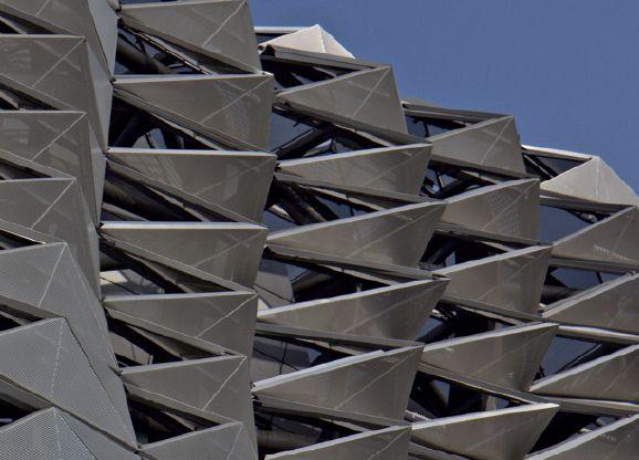 Międzynarodowe Centrum Kongresowe w Dalian (Chiny), detal pokrytej perforowanymi panelami aluminiowymi elewacji. Fot. Christiano Bianchi