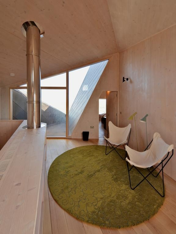 Dom Wydmowy / Dune House. Piętro zapewnia mieszkańcom prywatność, dolna kondygnacja jest przeszklona, dając widok na pobliskie wydmy i morskie wybrzeże. Fot. materiały prasowe Mies van der Rohe Award,