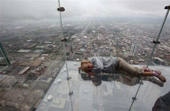 Sears Tower/ Willis Tower; szklane klatki-balkony na 103 piętrze najwyższego wieżowca w Chicago. Fot. www.designcrave.com