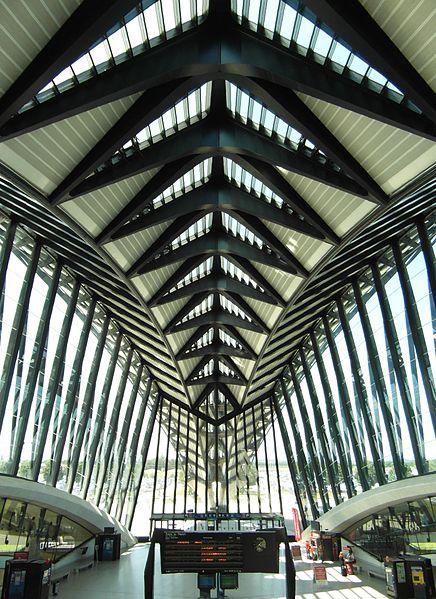 Współczesna architektura na świecie: dworzec kolejowy projektu S. Calatravy, wnętrze.