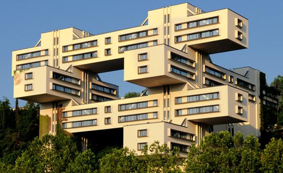 Narodowy bank Gruzji, projekt George Chakhava. Sowiecki gmach z lat 70. XX wieku ma 16 pięter, obecnie słuzy jako siedziba Narodowego Banku Gruzji. Fot. premiumlisting.ge