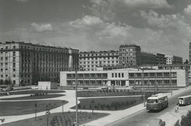 Osiedle Praga II, Plac Leńskiego, widok na przychodnię rejonową, 1974. Fot. T. Hermańczyk, zdjęcie ze zbiorów MHW