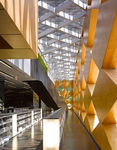 Wnętrze biblioteki - Francis Gregory Library projektu pracowni architektonicznej Adjaye Associates