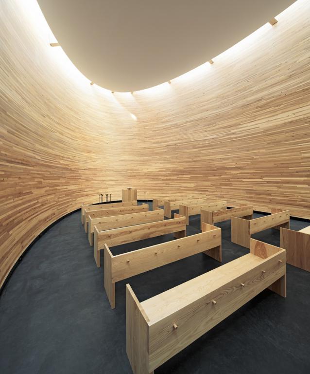 Współczesna architektura drewniana - wnętrze Kaplicy Ciszy w Helsinkach