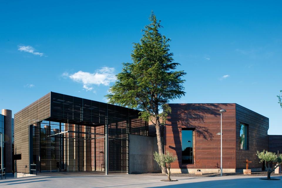 Krematorium w Saragossie, widok od strony ulicy. Fot. materiały prasowe Polskiego Centrum Promocji Miedzi