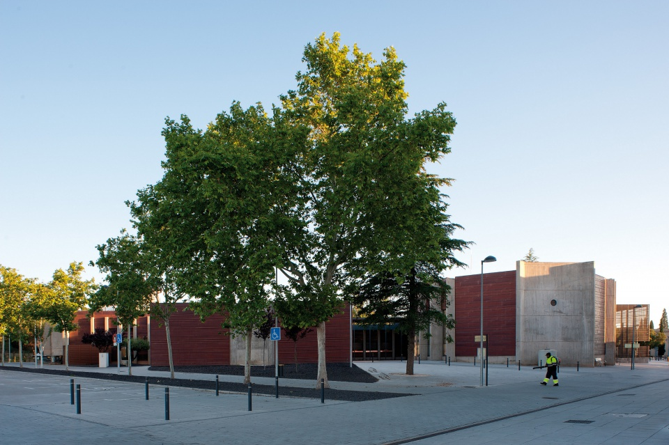 Krematorium w Saragossie - widok zewnętrzny; dominuje brazowy odcień miedzi i szarość betonu