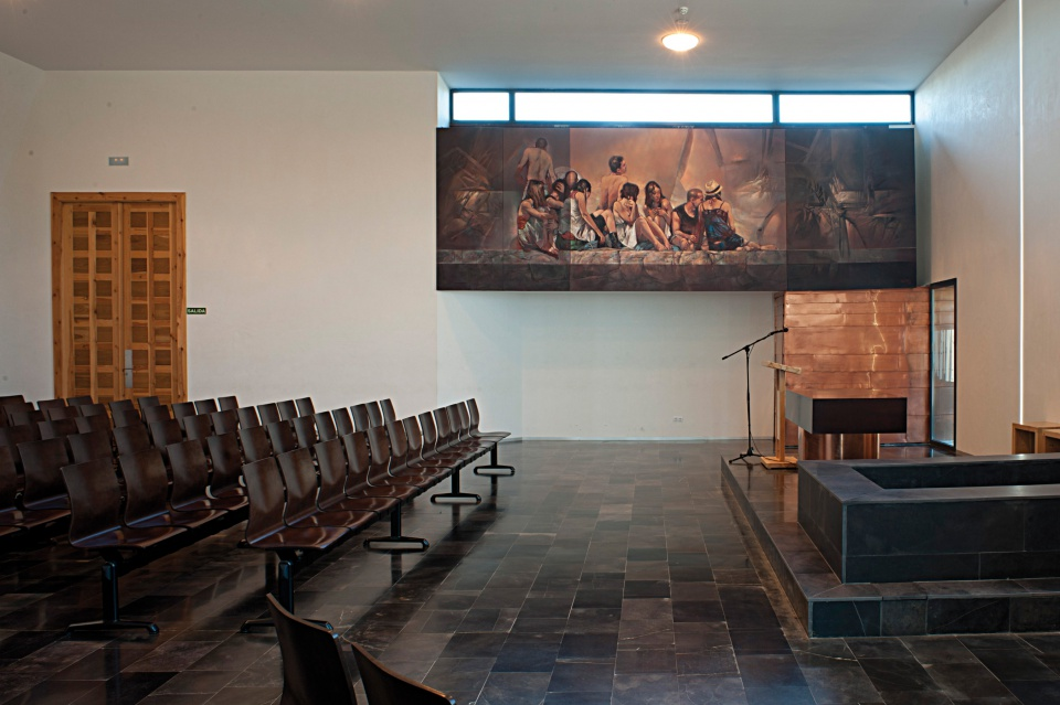 """Kaplica krematorium w Saragossie z """"miedzianym"""" malowidłem, korzającym się z meksykańskimi muralami"""