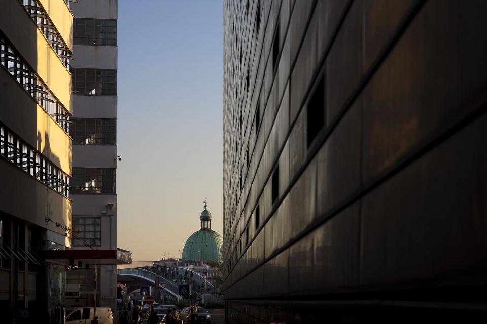 Widok z nowego gmachu sądu w Wenecji w kierunku mostu Calatravy - współczesna architektura w zabytkowym mieście
