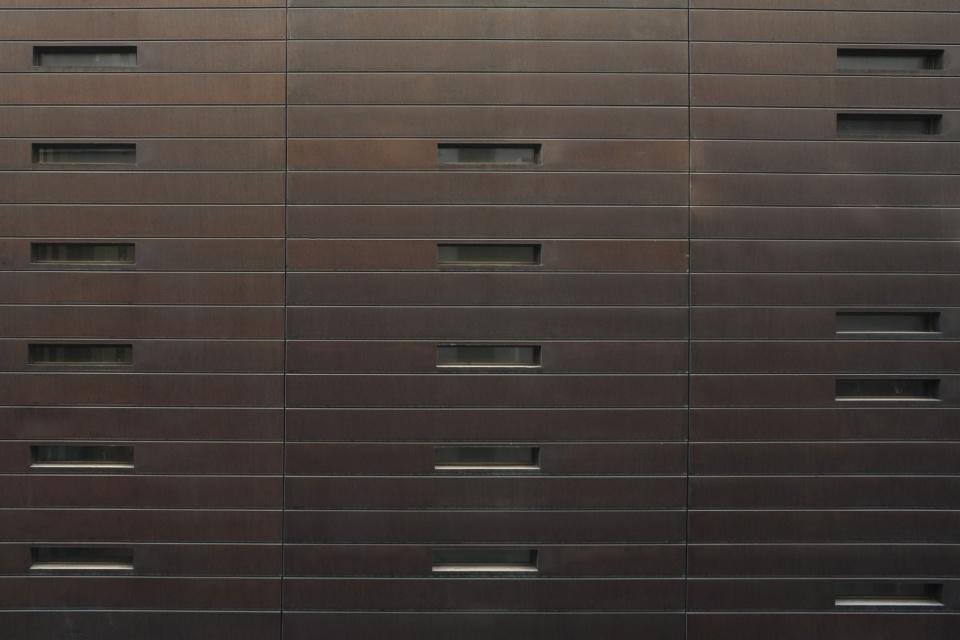 Niewielkie okna na elewacji sądu w Wencecji; współczesna architektura