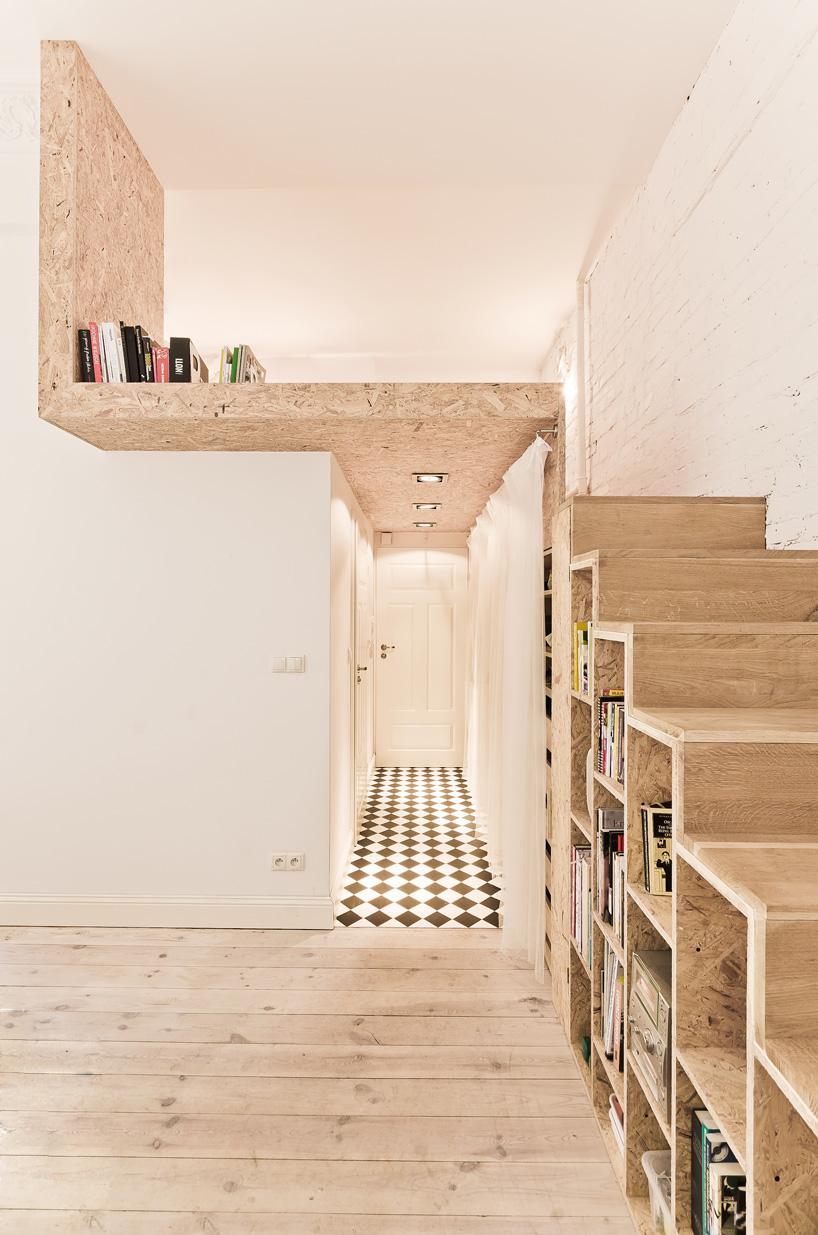 Aranżacja wnętrza mieszkania; schody prowadzące na antresolę