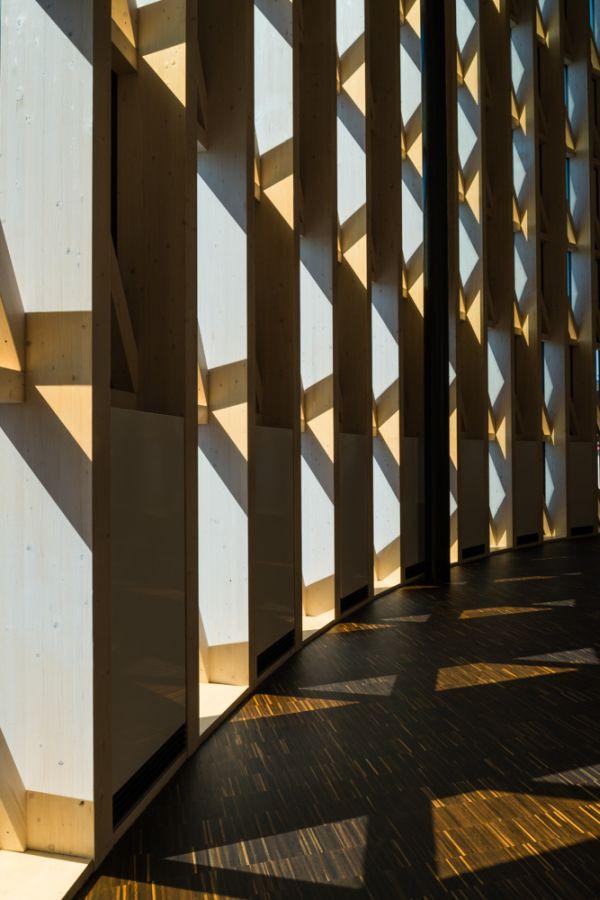 Wnętrze auli, architektura skandynawska, drewniane wnętrza