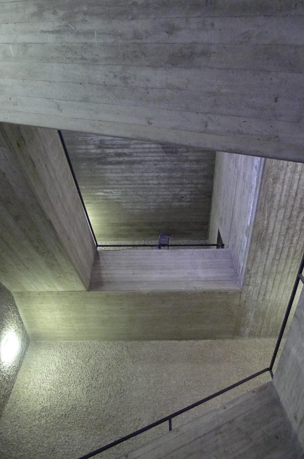 Galeria sztuki w brutalistycznym kościele