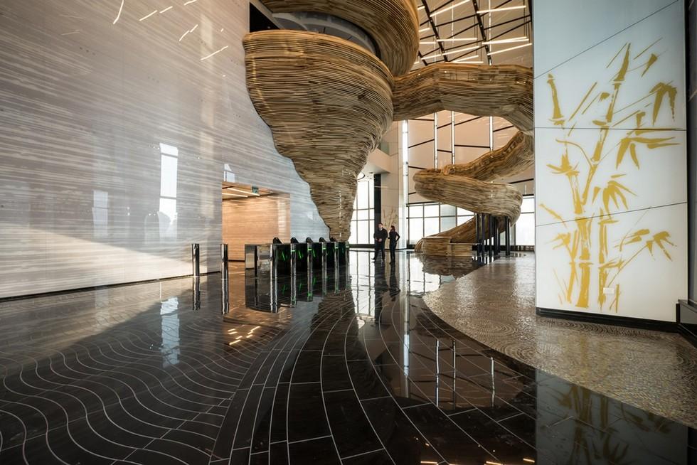 Ekspresyjna rzeźba - drewniana klatka schodowa biurowca w Izraelu
