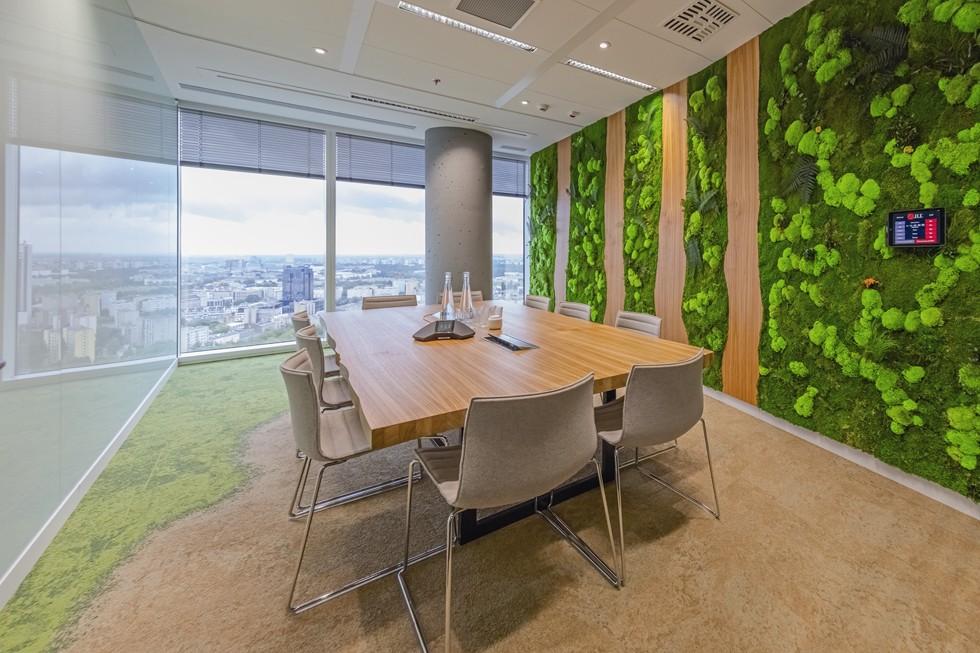 Ściana w sali konferencyjnej Las wykonana jest z naturalnego mchu