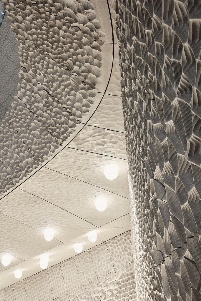 Aby poprawić warunki akustyczne, ściany i sufit wyłożono panelami