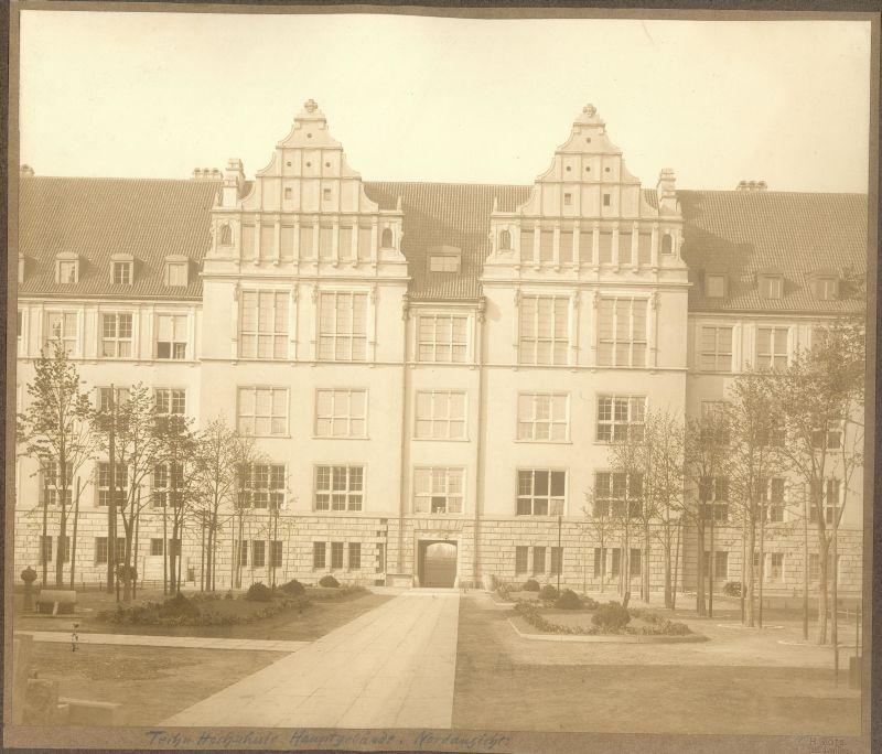 fotka z /zdjecia/Gmach_Glowny_PWr_elewacja_polnocna_1910__art.jpg