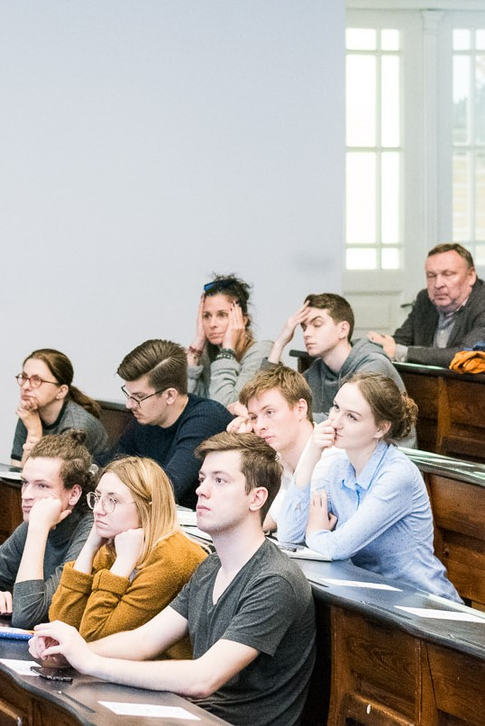Studenci podczas wykładu, w górnym prawym rogu Prodziekan ds. Ogólnych dr inż. arch. Jerzy Grochulski, fot. Jędrzej Sokołowski