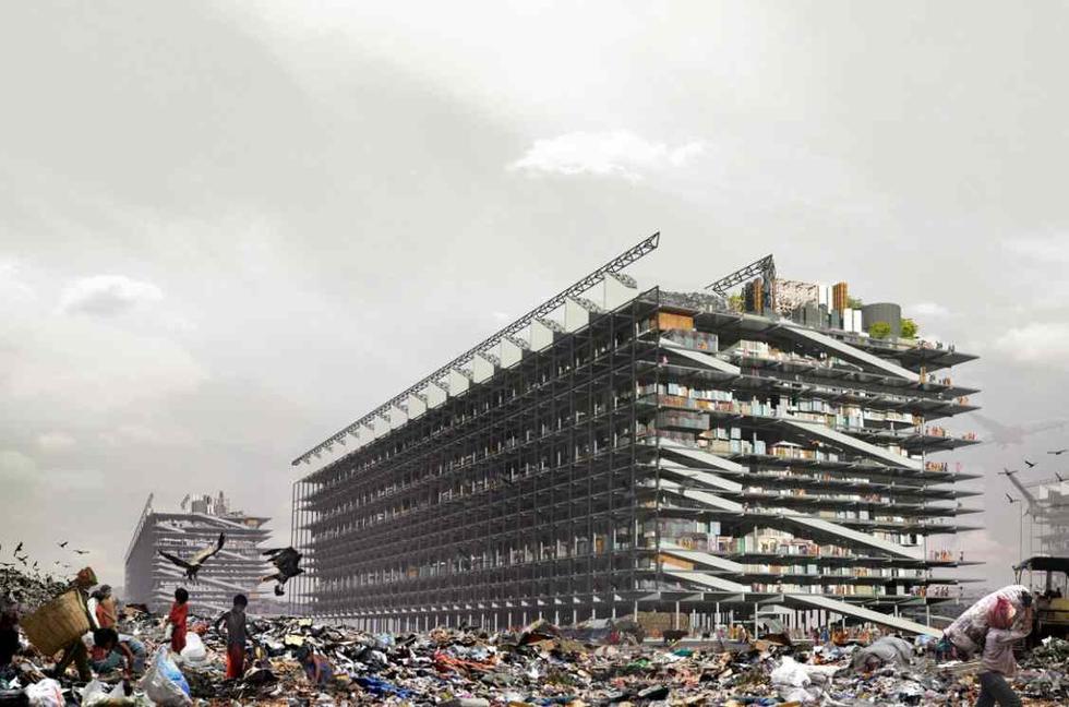 Sortowanie śmieci, Bombaj. W tle projektowany wielofunkycjny budynek