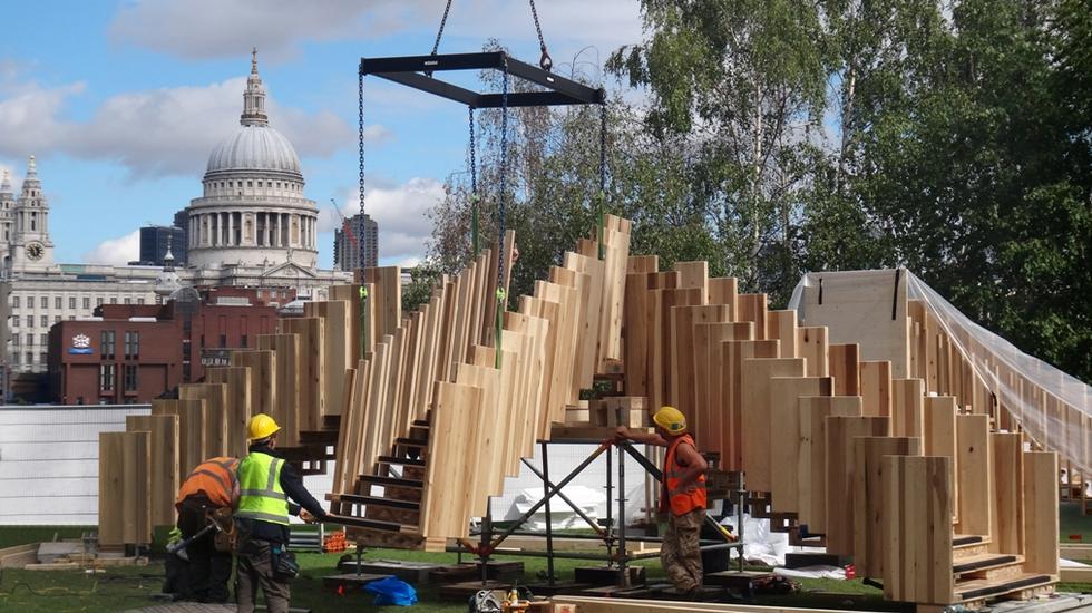 Budowa instalacji Endless Stair przed galerią Tate Modern w Londynie. Fot. Thomas Etchells