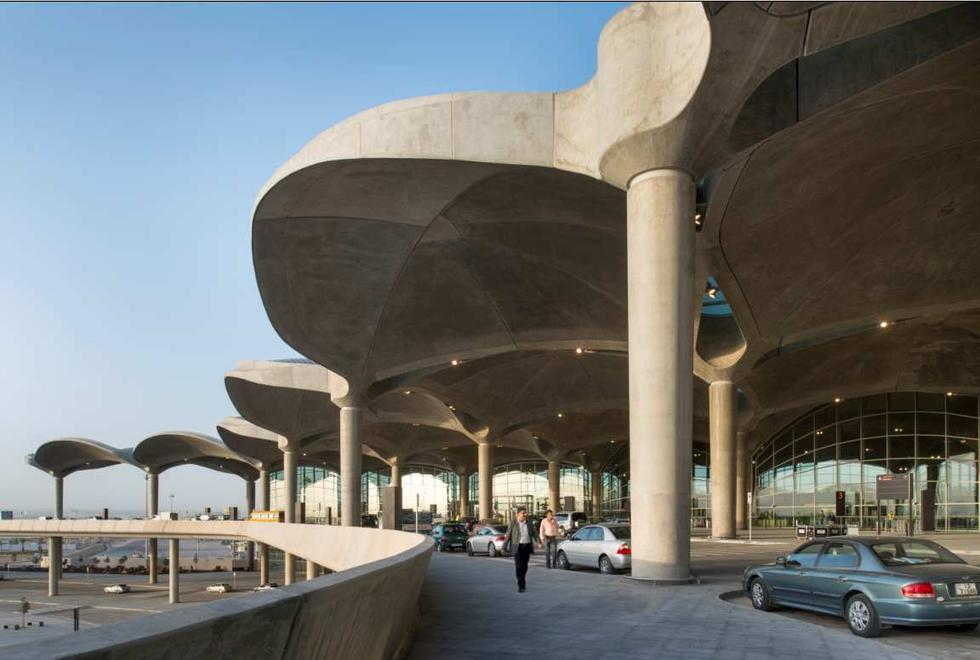 Lotnisko w Ammanie, Jordania. Dzięki wysuniętemu wspornikowo zadaszeniu uzyskano zacienienie przeszklonych ścian zewnętrznych. Fot. Nigel Young/ Foster + Partners