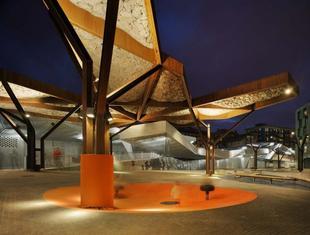 Mies van der Rohe Award 2013: przestrzeń publiczna i drzewo ze stali Cor-Ten