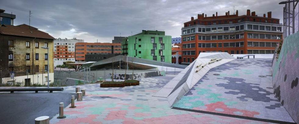 """Plac Pormetxeta, jeden z obiektów, które znalazły się na tzw. """"krótkiej liście"""" Mies van der Rohe Award 2013. Fot. ©David Frutos, materiały prasowe Mies van der Rohe Awards 2013"""