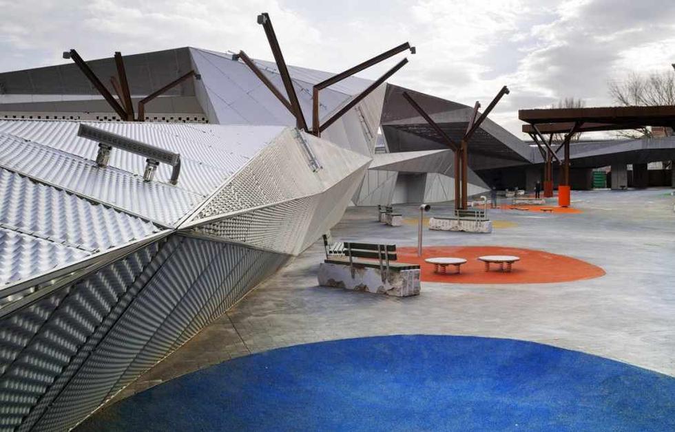 Różnorodne materiały wykorzystane przy realizacji placu Pormetxeta w Kraju Basków