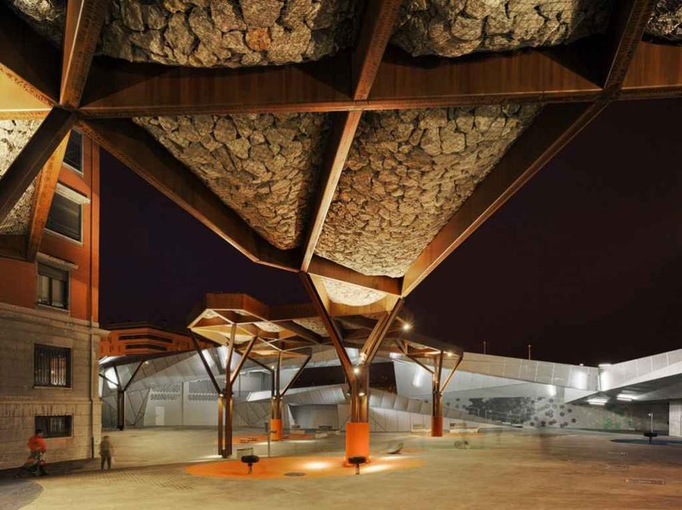 Drzewa ze stali Cor-ten i łamanego kamienia zacieniają górną część placu. Fot. ©David Frutos, materiały prasowe Mies van der Rohe Foundation
