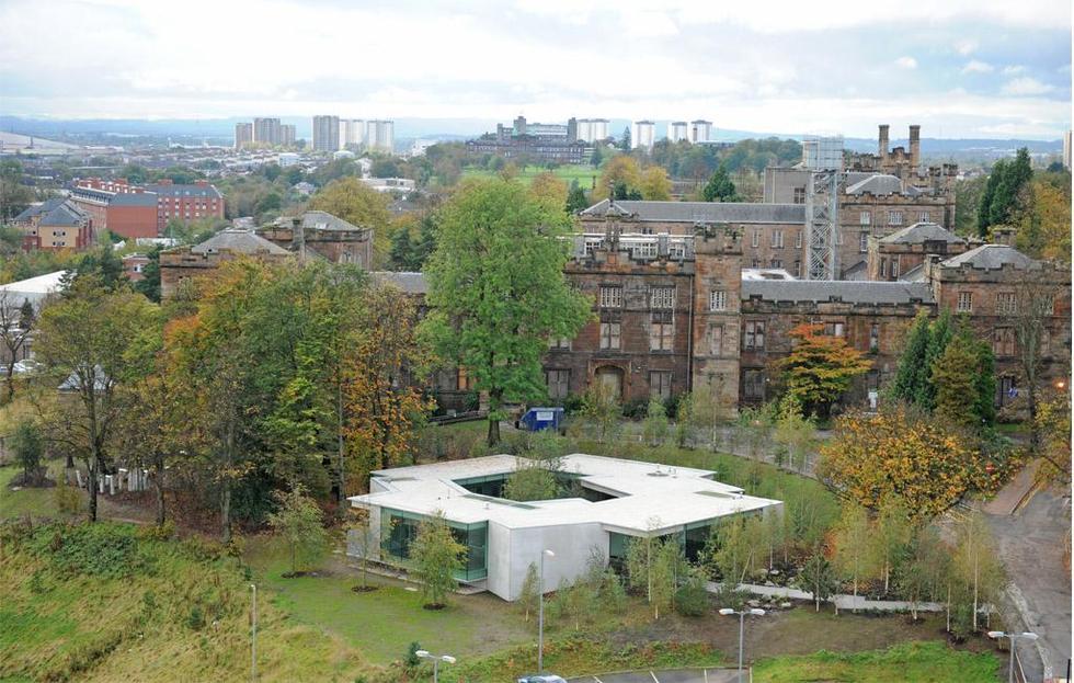 Otoczenie Maggie`s Cancer Center w Glasgow. Fot. © Charlie Koolhaas, materiały prasowe Mies van der Rohe Award 2013