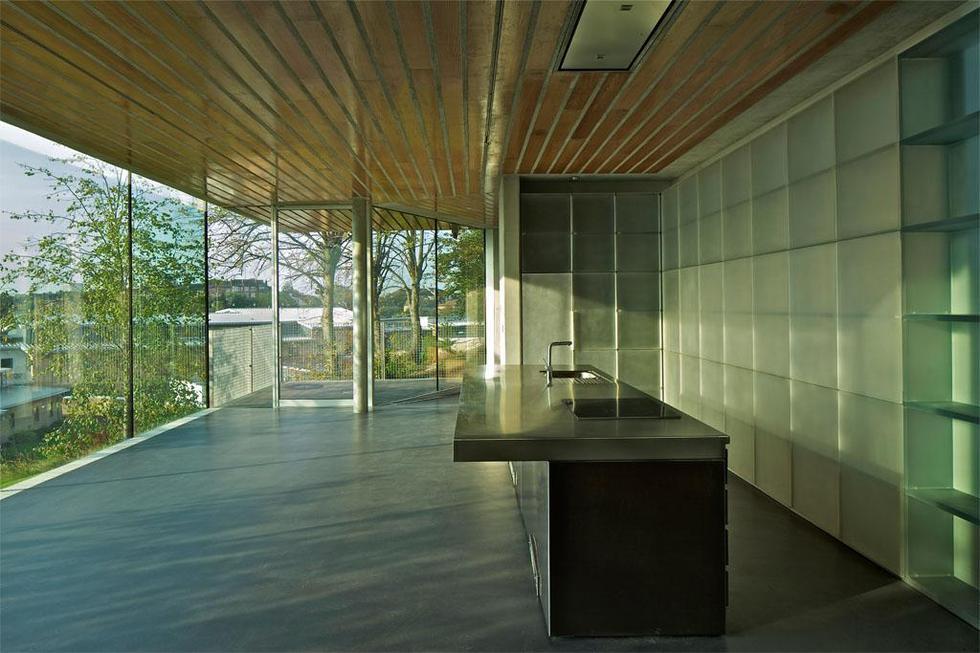 Kuchnia w Maggie`s Cancer Center: szkło, stal, beton i drewno. Fot. ©Philippe Ruault, materiały prasowe Mies van der Rohe Award 2013