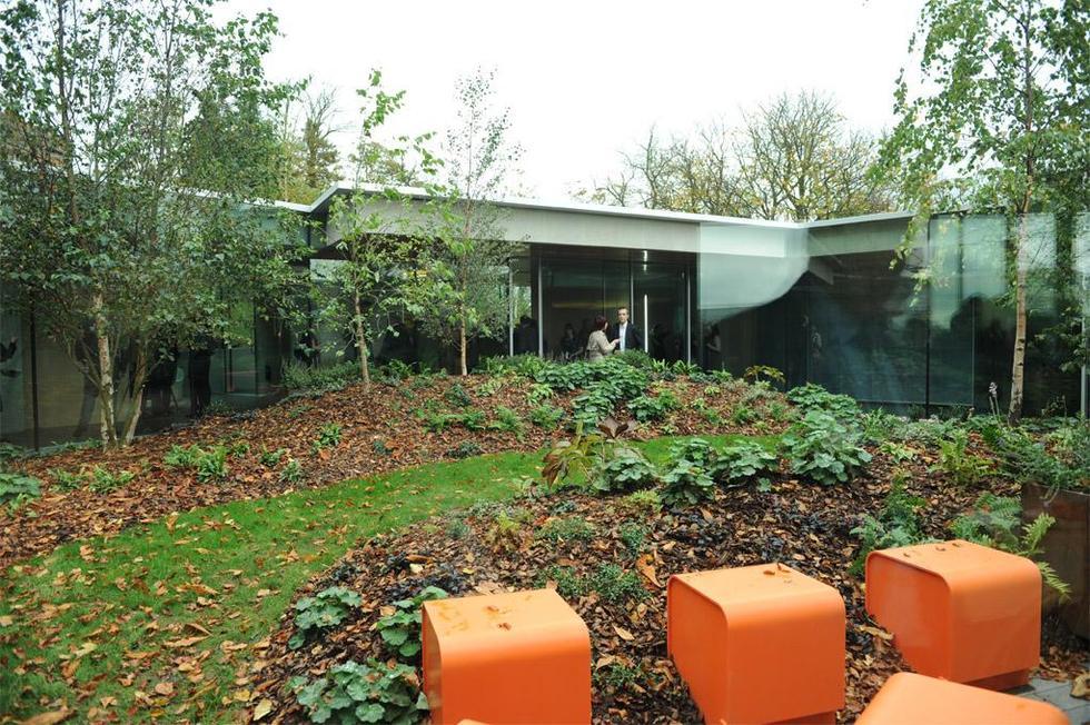 Wewnętrzny dziedziniec centrum pomocy osobom chorym na raka, Glasgow. Fot. ©Philippe Ruault, materiały prasowe Mies van der Rohe Award 2013