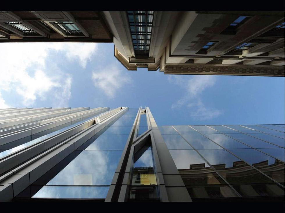 Szklana elewacja Rothschild Bank, widok z St Swithin's Lane. Fot. ©Charlie Koolhaas, materiały prasowe Mies van der Rohe Award 2013