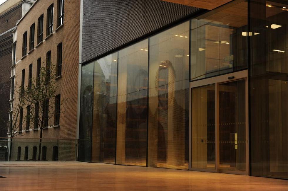 Wejście do czytelni i archiwum. Fot. ©Charlie Koolhaas, materiały prasowe Mies van der Rohe Award 2013