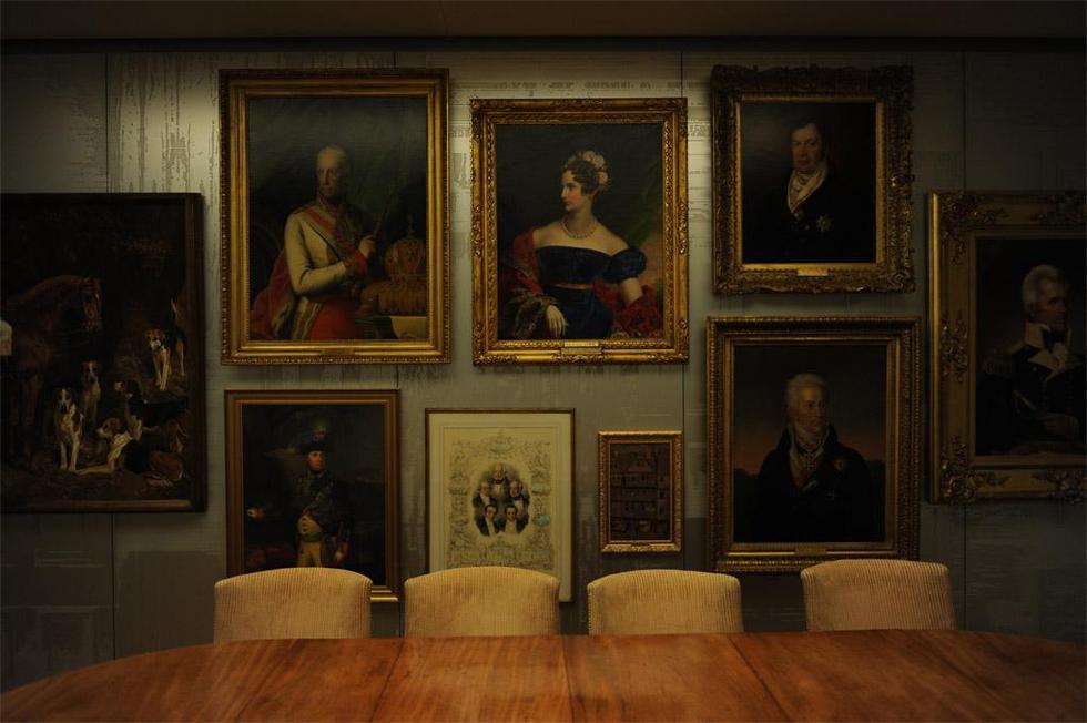 New Court - wnętrze, na ścianach portrety przedstawicieli rodziny Rotschildów. Fot. ©Charlie Koolhaas, materiały prasowe Mies van der Rohe Award 2013
