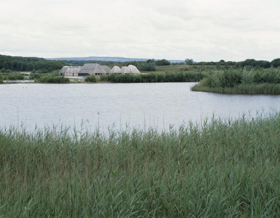 Pracownia Adam Khan Architects zrealizowała projekt centrum obsługi ruchu turystycznego w pobliżu Preston. Rezerwat zasiedlony przez wiele gatunków ptaków ma powierzchnię 67 hektarów