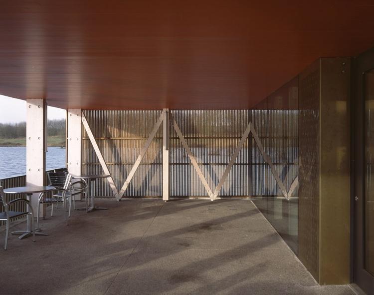"""Centrum obsługi ruchu turystycznego Brockholes; kawiarnia w """"domu na wodzie"""""""