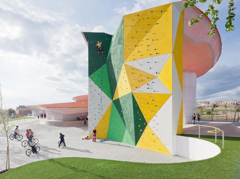 Wielobarwna ścianka wspinaczkowa. Fot. ©Iwan Baan, materiały prasowe Mies van der Rohe Foundation
