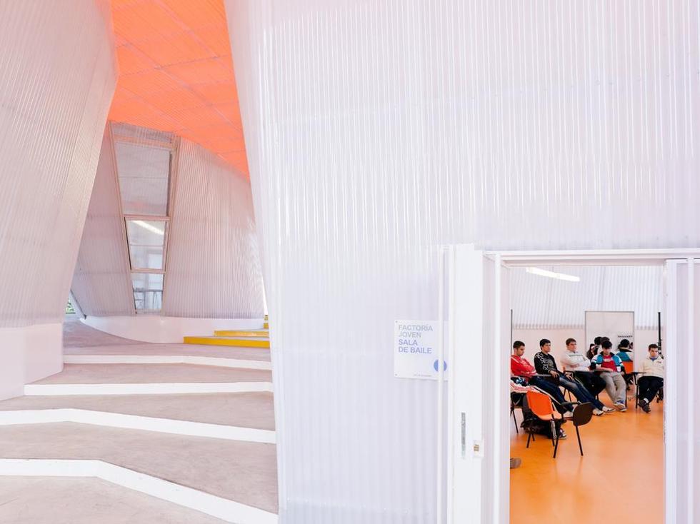 Zajęcia w jednej z sal centrum młodzieżowego zaprojektowanego przez hiszpańską pracownię architektoniczną SELGASCANO. Fot. ©Iwan Baan, materiały prasowe Mies van der Rohe Foundation