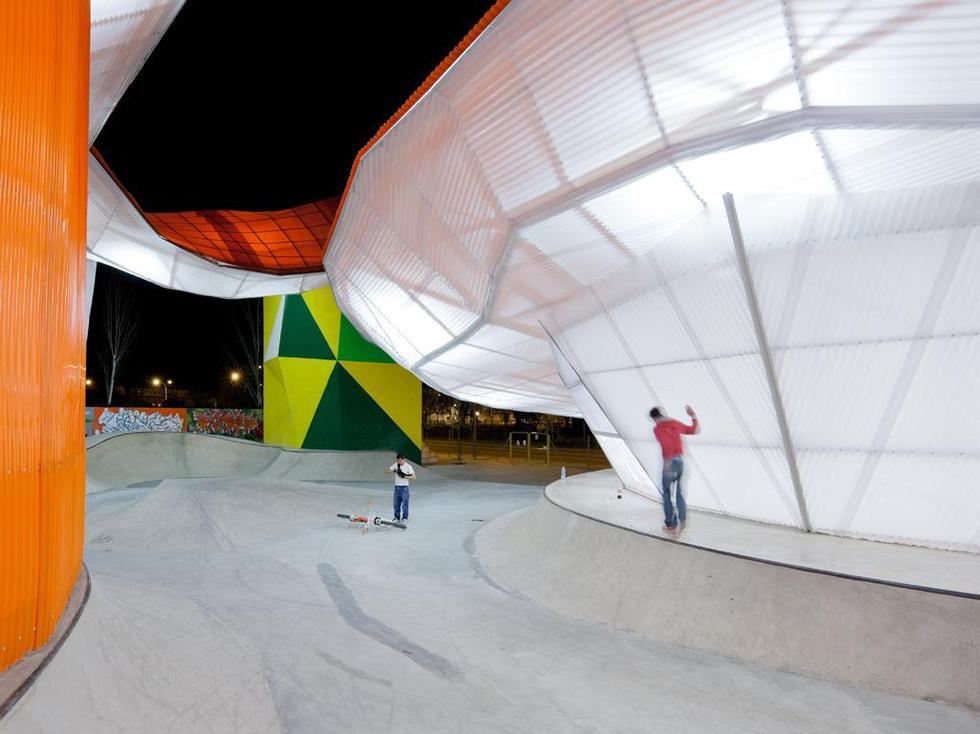 Półprzezroczyste elewacje zmieniają budynek centrum w kolorowy lampion, oświetlający skatepark. W przestrzeni pod dachem ćwiczyć można także wieczorami