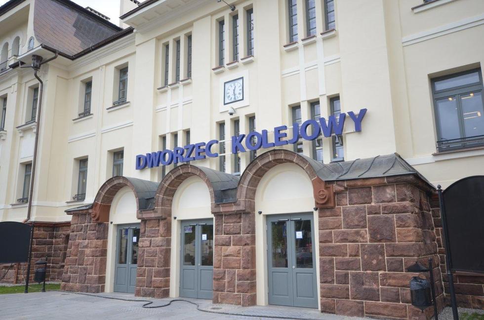 Dworzec kolejowy w radomiu po remoncie; wejście główne. Fot. materiały prasowe PKP