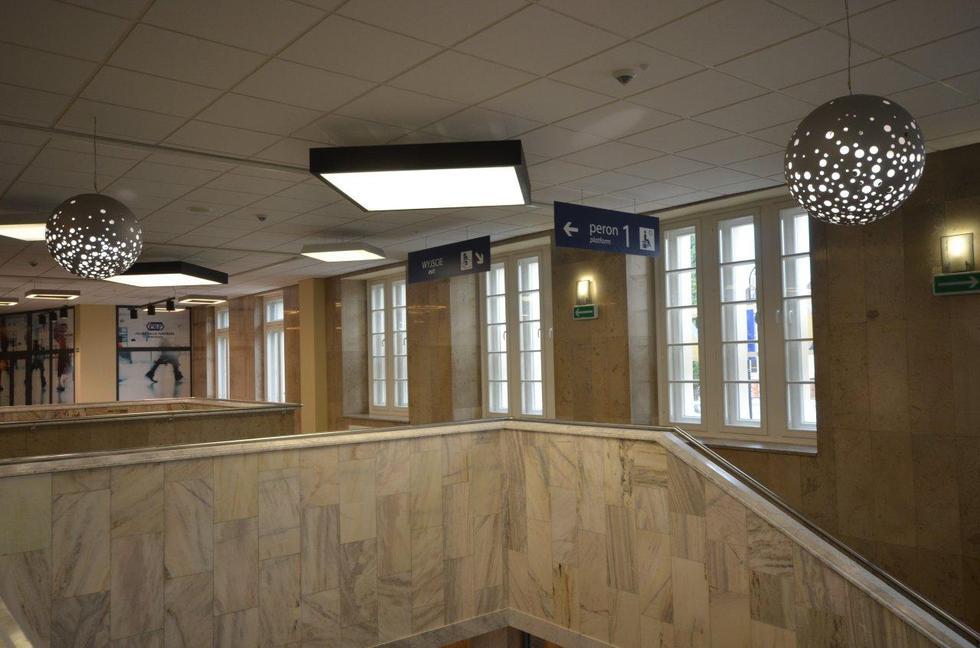 Wnętrze dworca kolejowego w Radomiu: nowe lampy