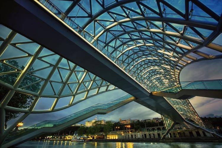 Michelle de Lucchi, Peace Bridge. Most Pokoju w Tibilisi przeznaczony jest dla pieszych; falujące pokrycie dachu ma długość 150m. Tysiące diod led pozwalają na szybką zmianę iluminacji. Most otwarty z