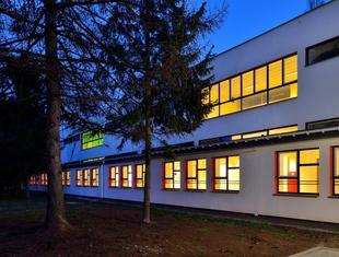 Modernistyczna architektura od nowa. Remont i termomodernizacja modernistycznego budynku III LO w Tychach