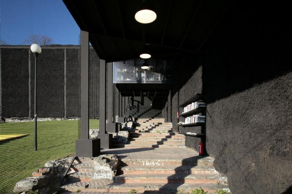 Tymczasowy teatr No99 w Tallinie. Do budowy wykorzystano słomę, łącząc ją ze stalową kratownicą. Ażurowa ściana korytarza prowadzącego do kawiarni wykonana jest z metalowej siatki