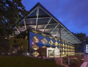 Szklana elewacja i drewno. Francis Gregory Library w Waszyngtonie projektu Adjaye Associates