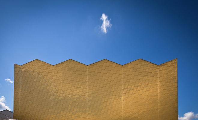 Złocista łuska z miedzi na elewacji. Współczesna architektura Francji