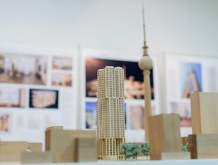Nowa inwestycja w Berlinie: wieżowiec Franka Gehry'ego stanie przy Alexanderplatz