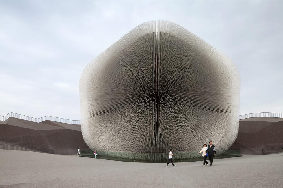 Pawilon Wielkiej Brytanii autorstwa Heatherwick Studio na EXPO 2010 w Szanghaju. Rodzajem ornamentu były tu informacje DNA w formie nasion zagrożonych gatunków